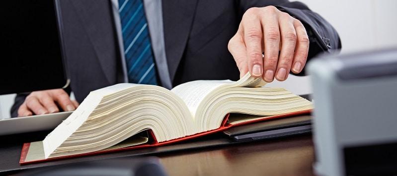 Rechtsanwalt beim Nachschlagen im Gesetzbuch für Erbrecht